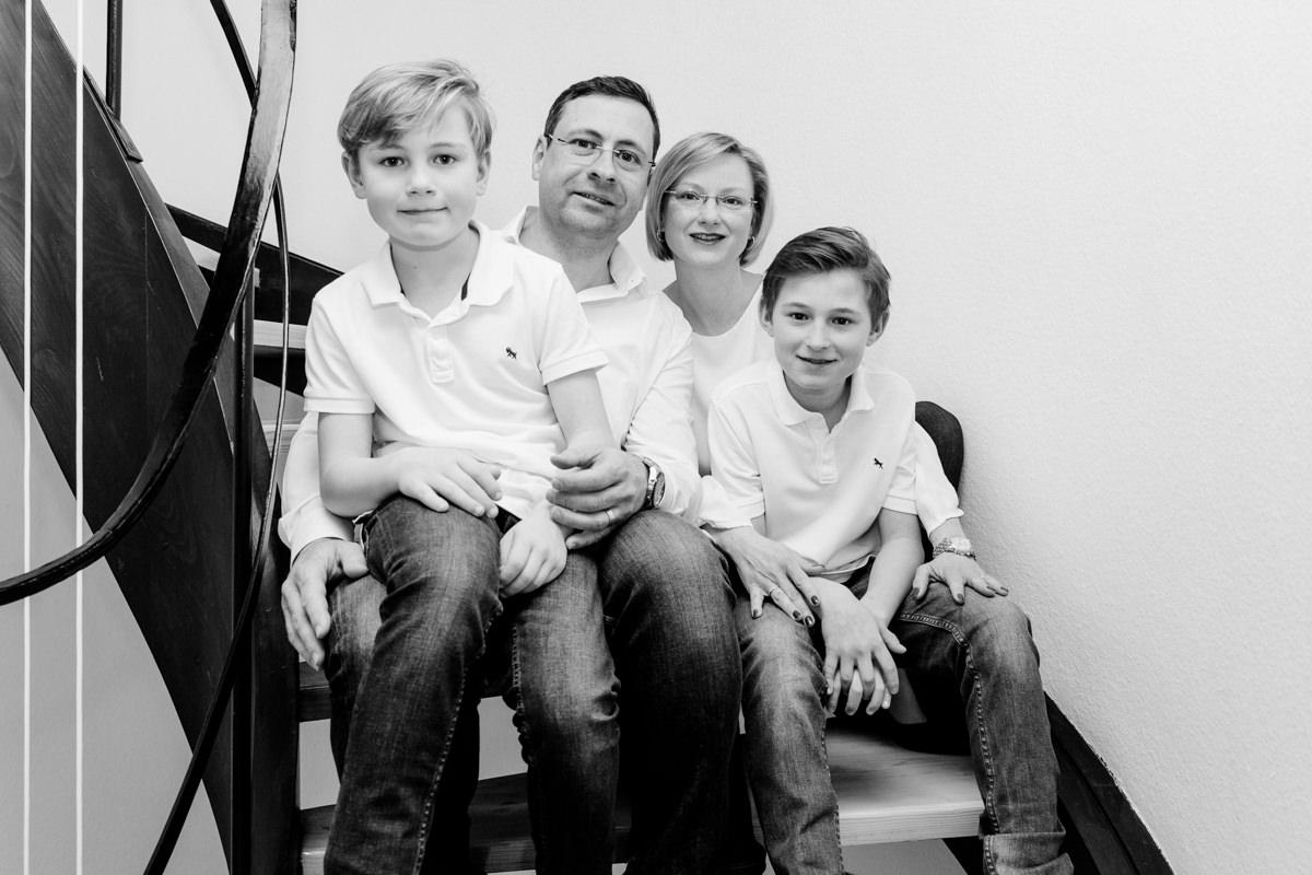 Vater und Sohn auf Treppe, Familienshooting, Familienfotograf, Family Shooting, Teenbilder, Homestory, Familienshooting Schweinfurt, Familienfotografie Schweinfurt, maizucker, Daggi Binder
