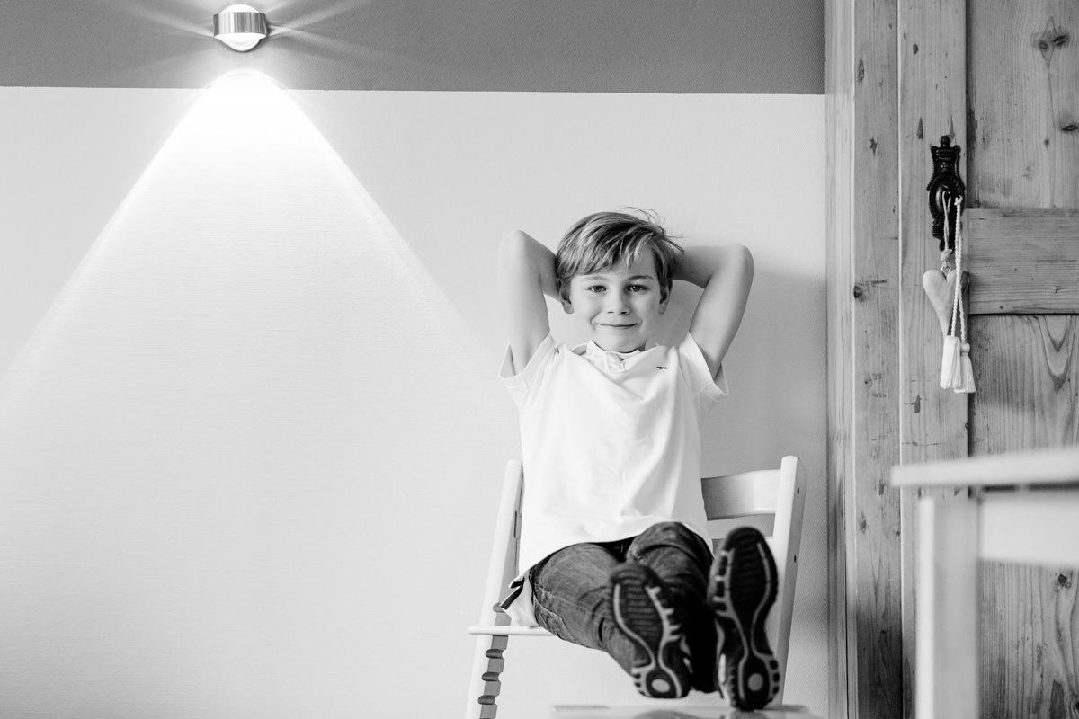 Junge entspannt auf dem Stuhl, Familienshooting, Familienfotograf, Family Shooting, Teenbilder, Homestory, Familienshooting Schweinfurt, Familienfotografie Schweinfurt, maizucker, Daggi Binder