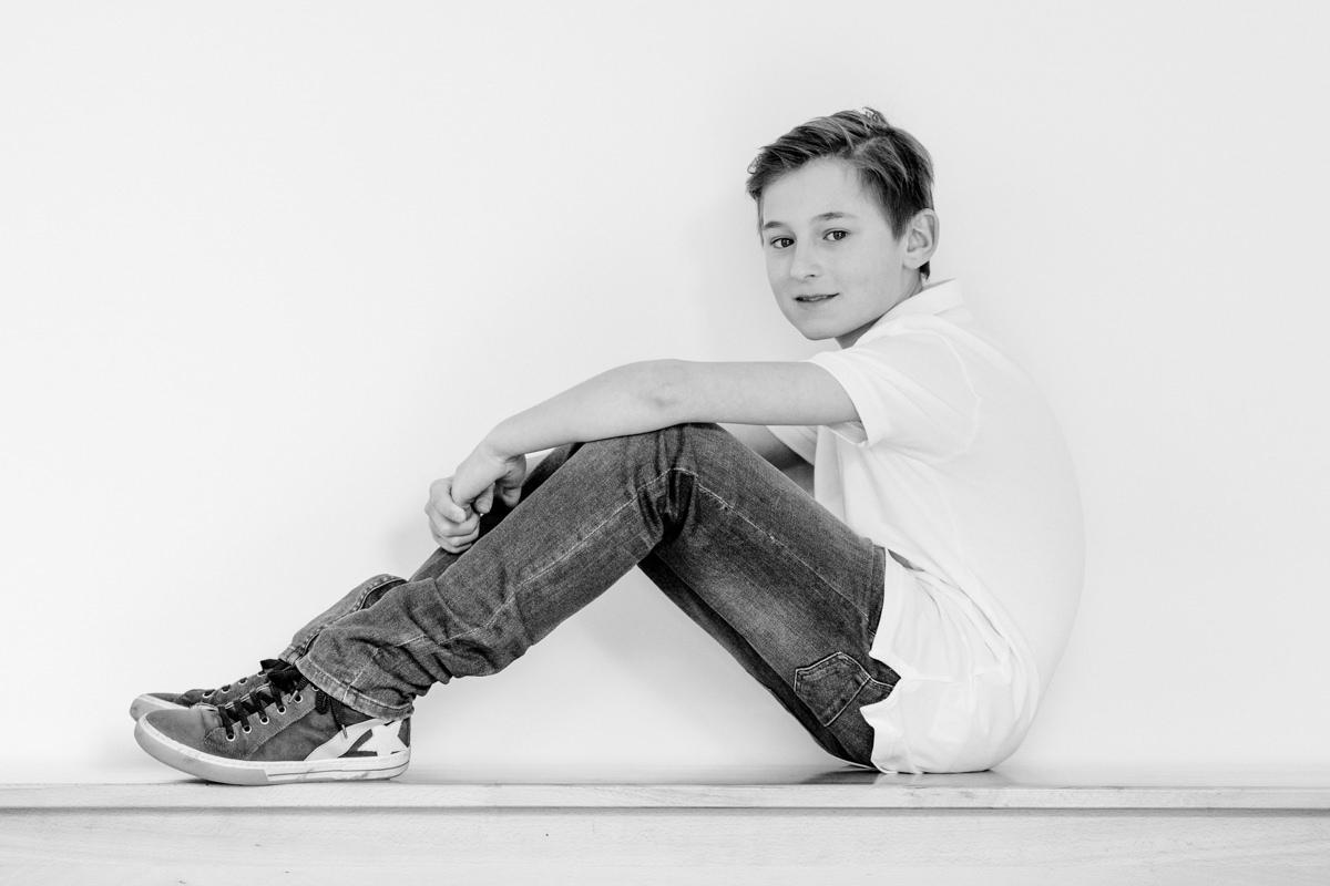 Junge auf der Bank, Familienshooting, Familienfotograf, Family Shooting, Teenbilder, Homestory, Familienshooting Schweinfurt, Familienfotografie Schweinfurt, maizucker, Daggi Binder